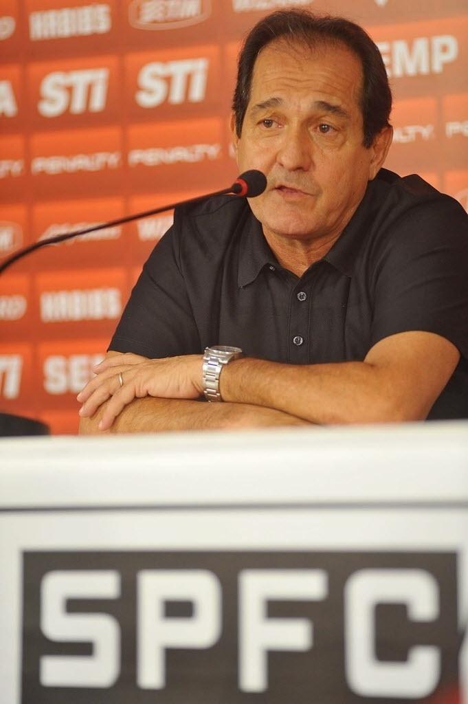 10.set.2013 - Muricy Ramalho conversa com jornalistas em sua apresentação como novo técnico do São Paulo
