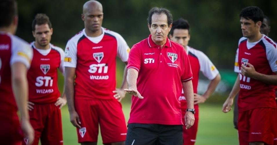 10.set.2013 - Muricy Ramalho conversa com os jogadores do São Paulo durante o primeiro treino sob seu comando na volta ao clube
