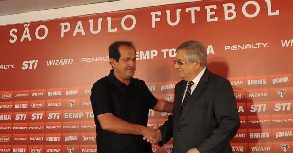 10.set.2013 - Muricy Ramalho cumprimenta João Paulo de Jesus Lopes, vice-presidente de futebol do São Paulo, em sua apresentação como novo técnico do clube