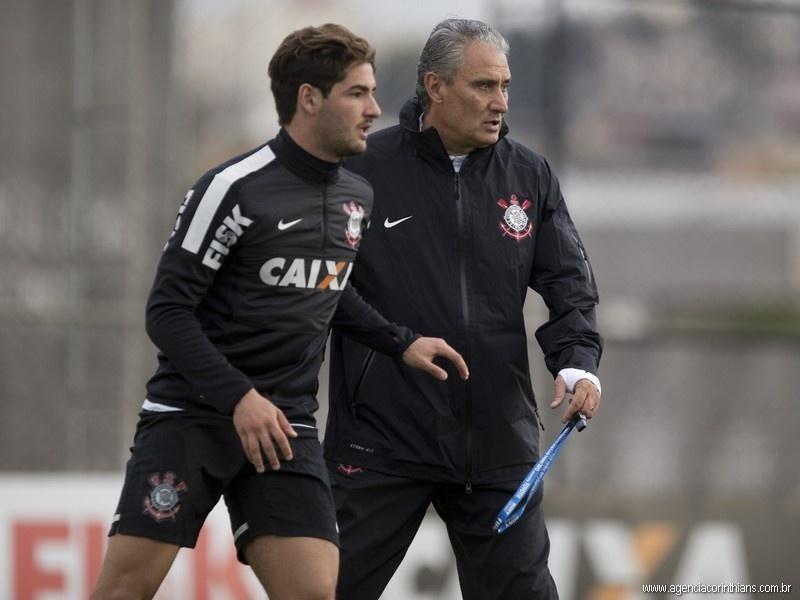 Alexandre Pato, atacante do Corinthians, corre no CT Joaquim Grava sob o comando do técnico Tite