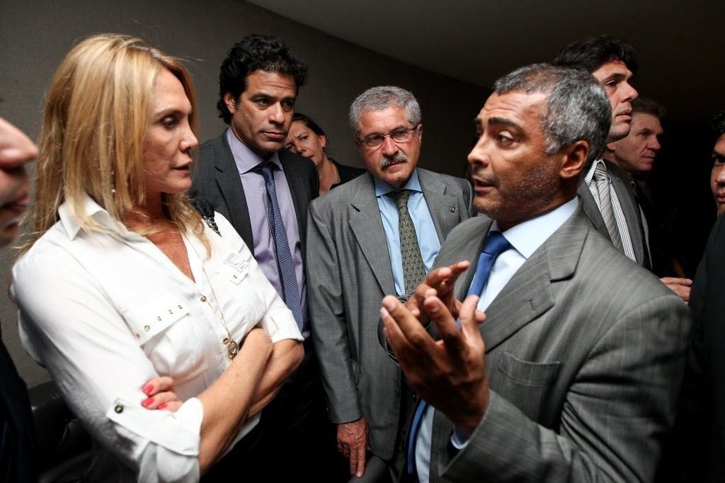 Observados por Raí, Hortência e Romário conversam durante encontro no Plenário da Câmara, em Brasília