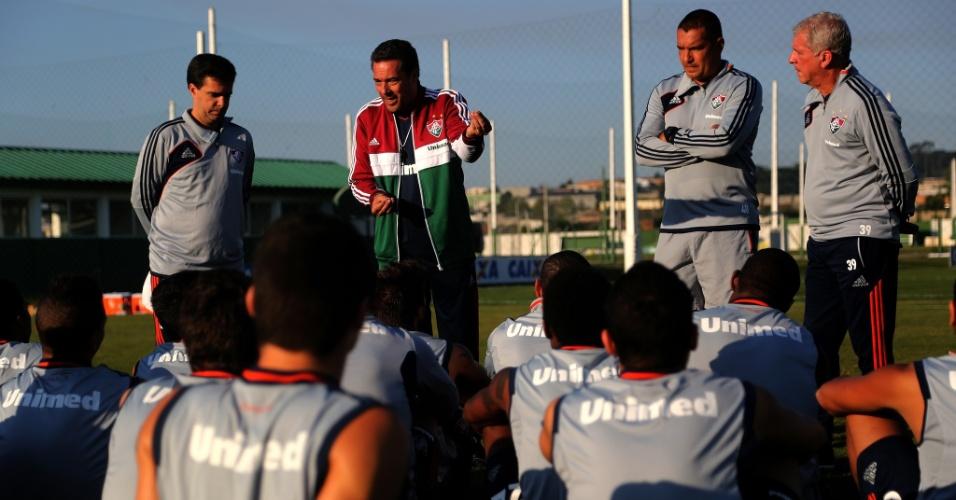 Vanderlei Luxemburgo conversa com jogadores do Fluminense antes de treino em Curitiba