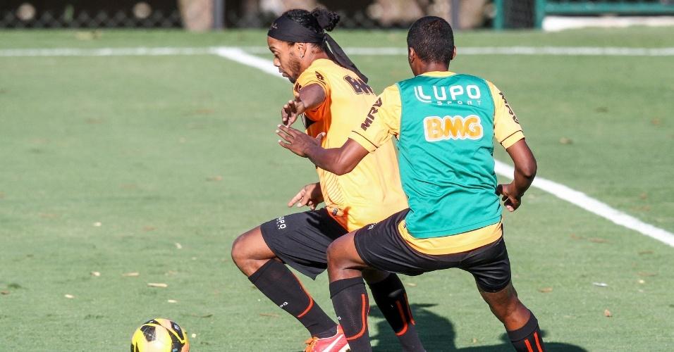 11 setembro 2013 - Ronaldinho Gaúcho em ação durante treinamento na tarde desta quarta-feira, na Cidade do Galo