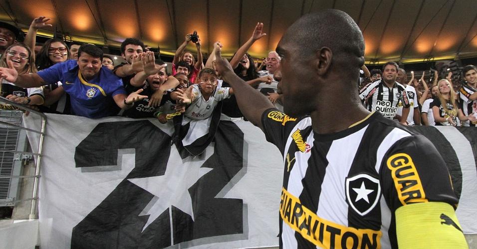 11.set.2013 - Seedorf cumprimenta torcedores do Botafogo antes de partida contra o Corinthians