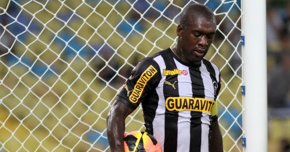 11.set.2013 - Seedorf, do Botafogo, carrega bola durante jogo contra o Corinthians pelo Brasileiro