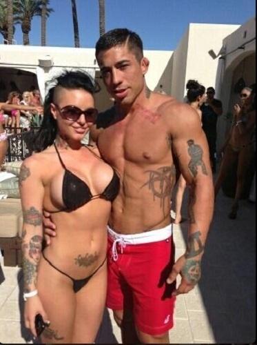 O lutador do Bellator War Machine e a namorada, a atriz pornô Christy Mack, não tem pudores e divulgam fotos íntimas no Twitter