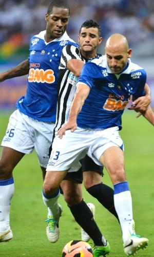 Zagueiros Dedé e Bruno Rodrigo durante empate sem gols entre Cruzeiro e Santos no Mineirão (11/8/2013)