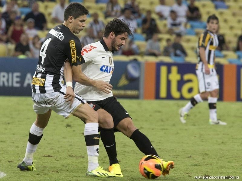 11.09.2013 - Alexandre Pato, atacante do Corinthians, protege a bola do zagueiro Bolívar, do Botafogo, em jogo do Campeonato Brasileiro