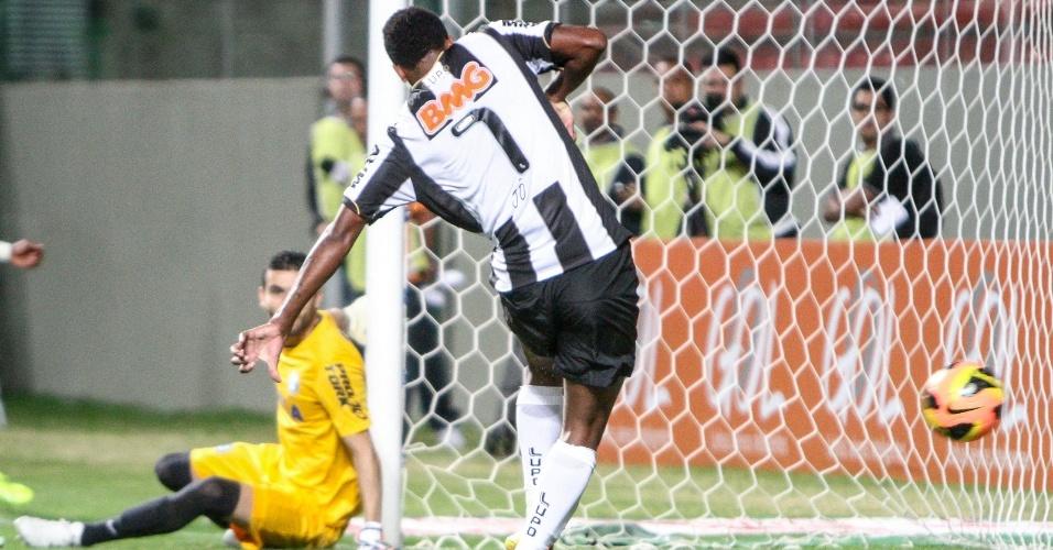 12 setembro 2013 - Destaque do Atlético-MG, Jô marca o primeiro gol no jogo contra o Coritiba, no Independência