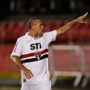 : Luis Fabiano comemora ao marcar pelo São Paulo contra a Ponte Preta