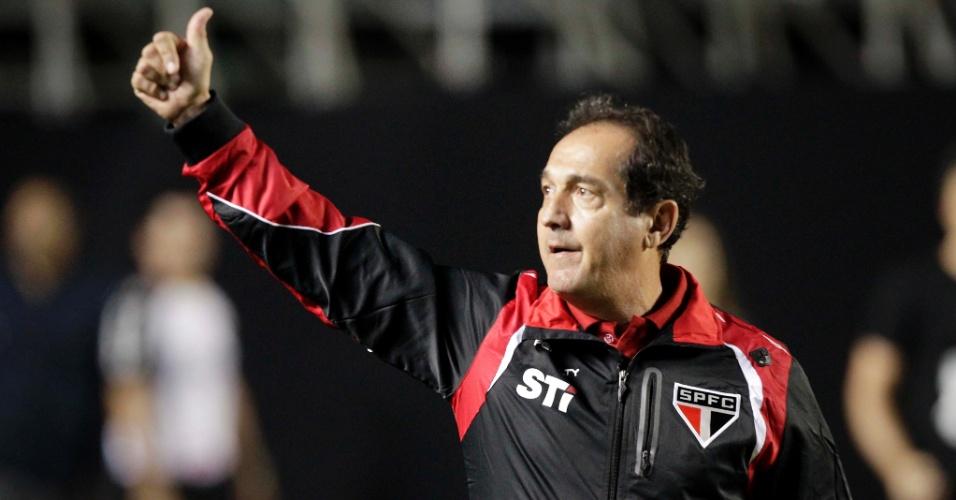12.set.2013 - Muricy Ramalho acena para torcida do São Paulo antes de jogo contra a Ponte Preta pelo Brasileiro