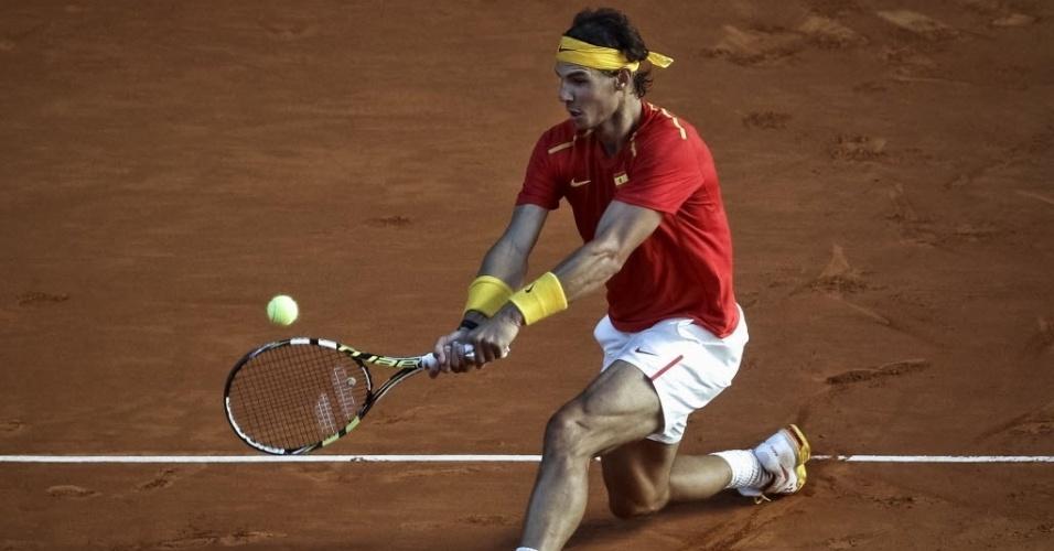 13.set.2013 - Rafael Nadal devolve durante a partida contra o ucraniano Sergiy Stakhovsky na Copa Davis