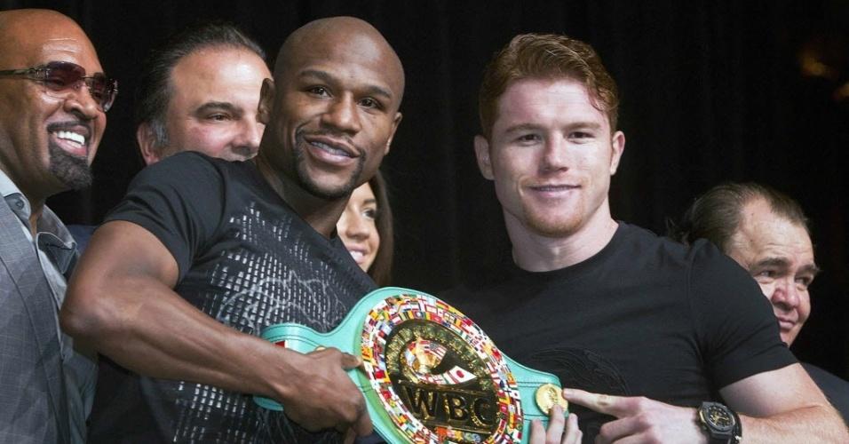 Floyd Mayweather Jr. e Saul Canelo Alvarez posam com o cinturão que estará em jogo neste sábado, em Las Vegas