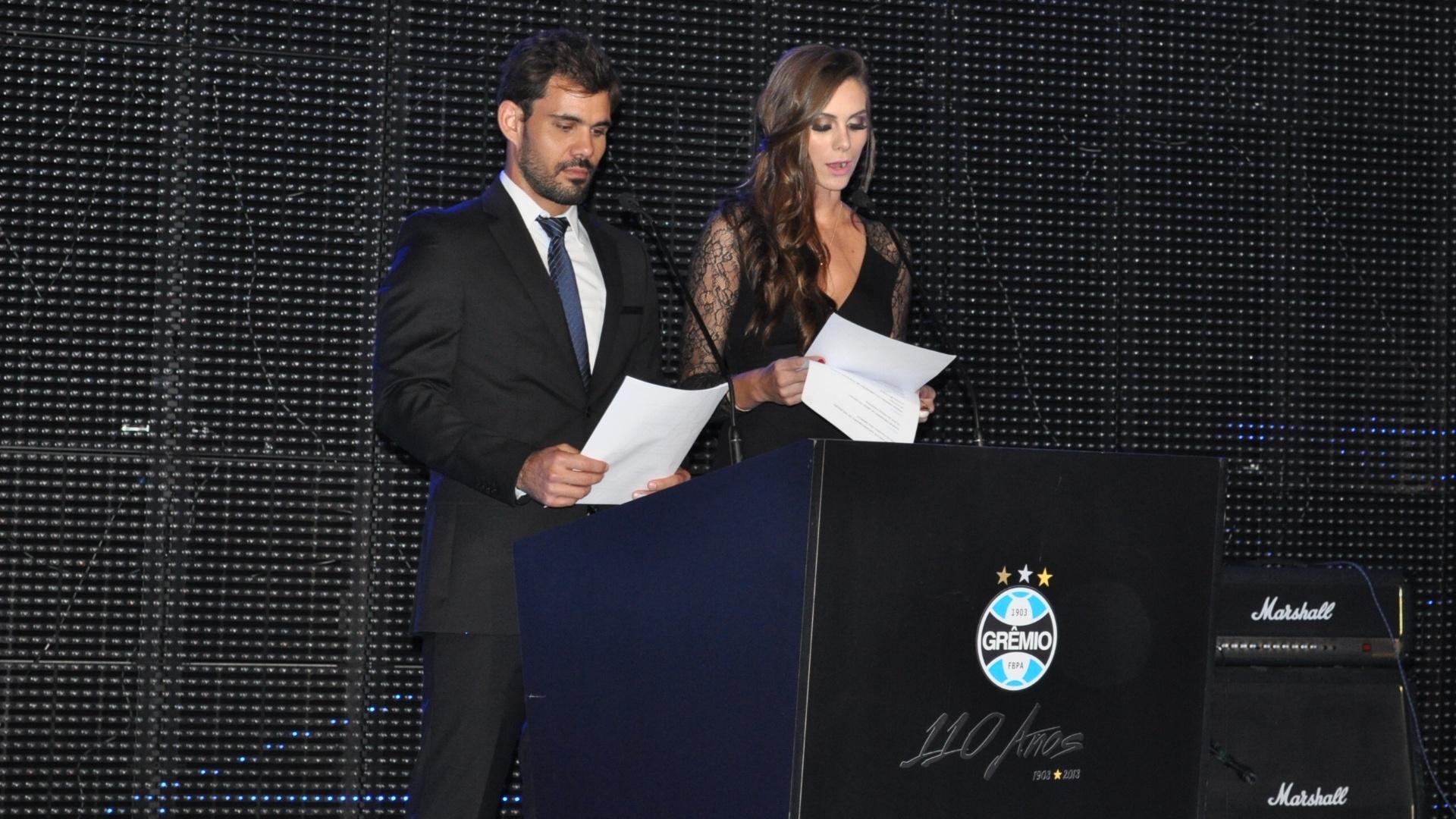 Juliano Cazarré (ator) e Gabriela Markus (Miss Brasil) apresentam festa de aniversário do Grêmio