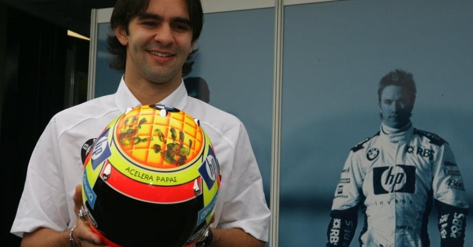 Na área de paddock do autódromo de Interlagos, o piloto Antonio Pizzonia exibe seu novo capacete que leva a marca das mãos de sua filha, em 2005
