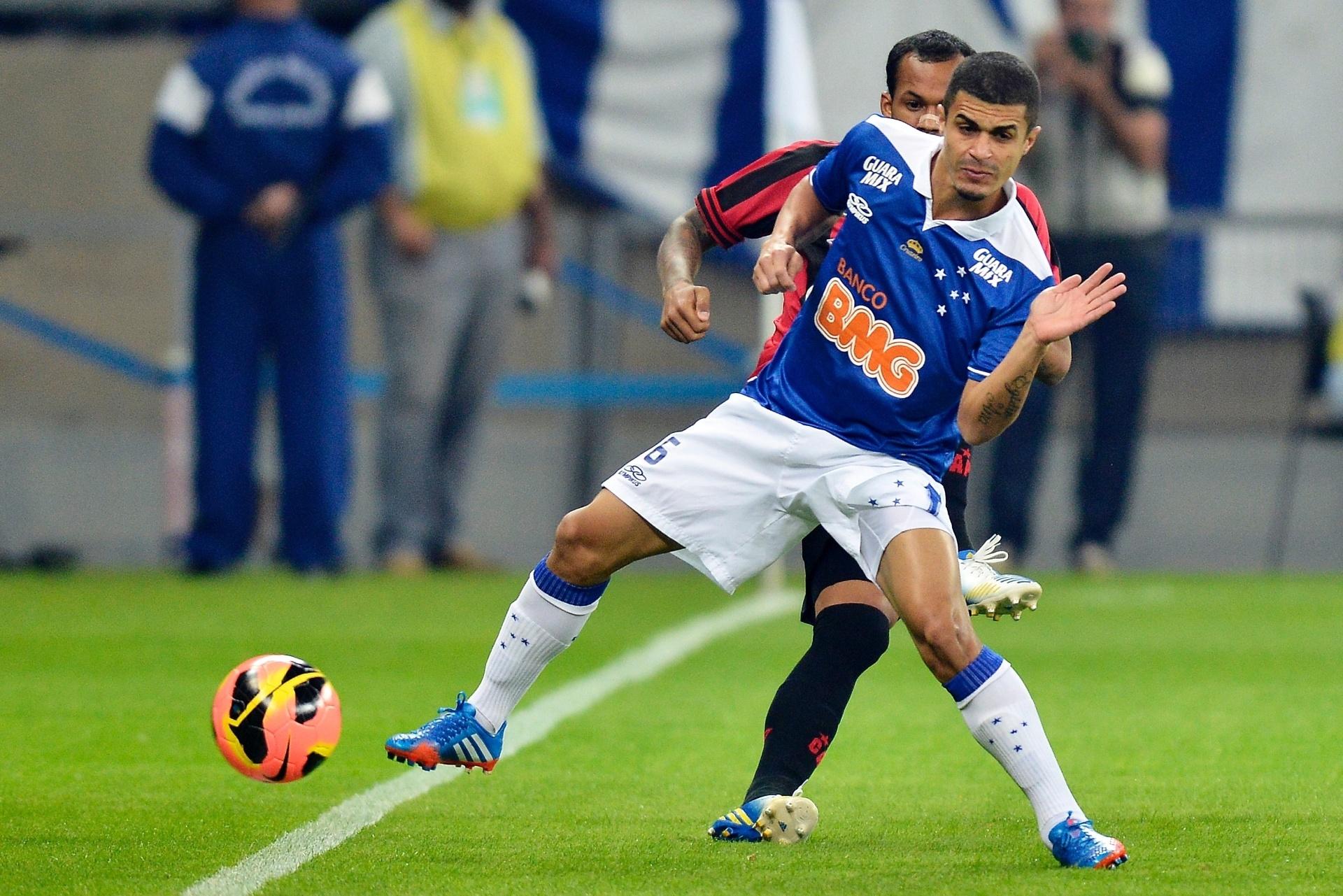 14.set.2013 - Egídio, lateral esquerdo do Cruzeiro, fica de costas para o marcador durante jogo contra o Atlético-PR