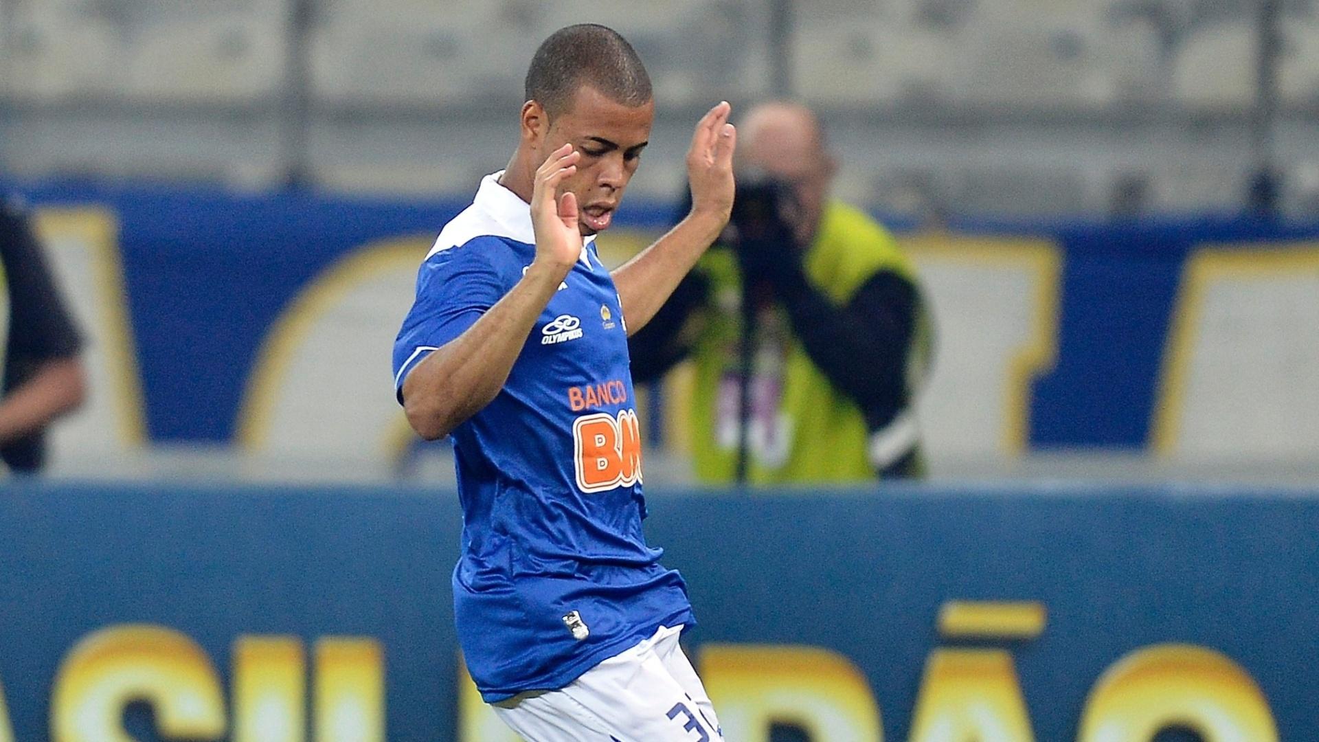 14.set.2013 - Mayke, do Cruzeiro, disputa bola com jogador do Atlético-PR
