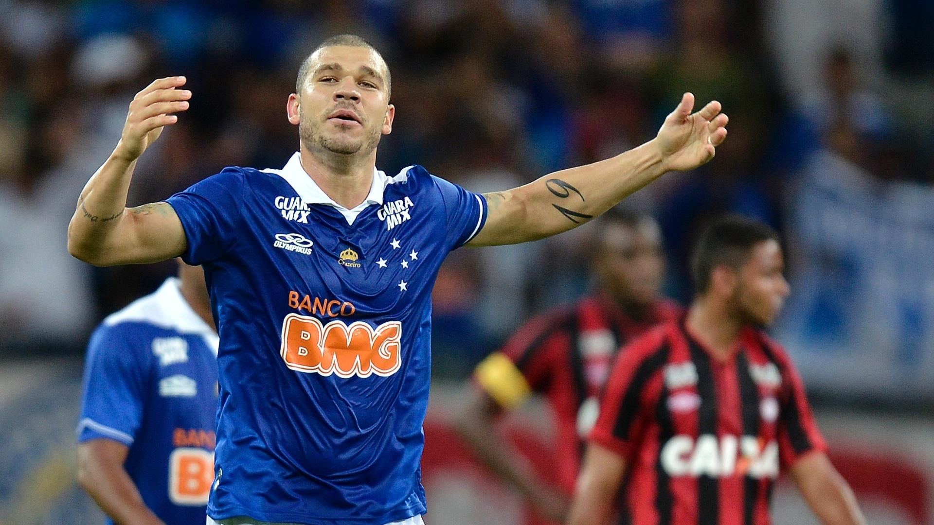 14.set.2013 - Nilton, volante do Cruzeiro, comemora gol sobre o Atlético-PR, no Mineirão