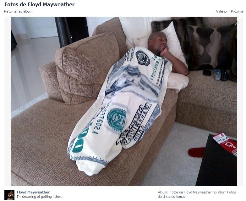 Mayweather com cobertor de dinheiro.