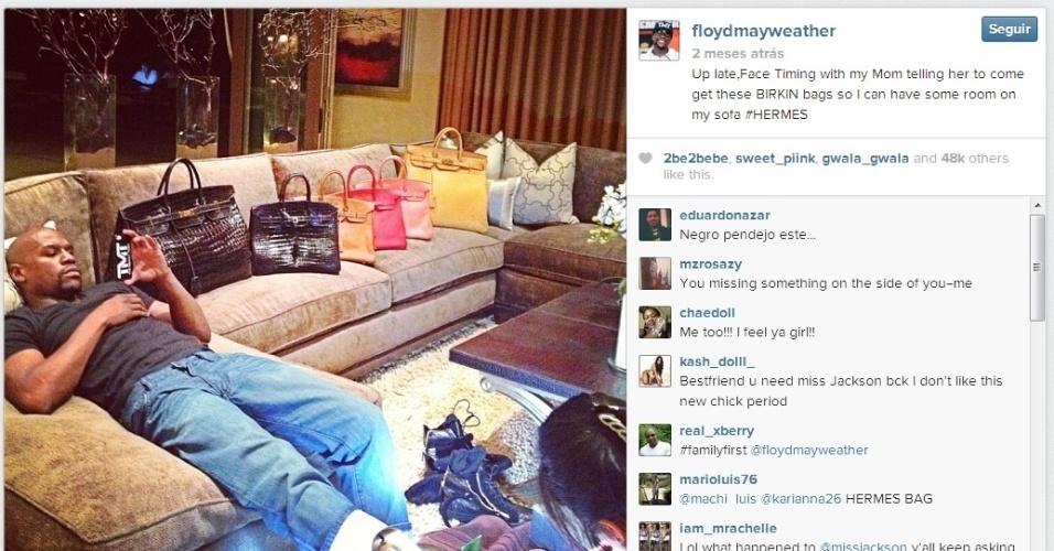 Sofá cheio de bolsas de uma marca francesa. De acordo com o lutador, são todas para a mãe dele