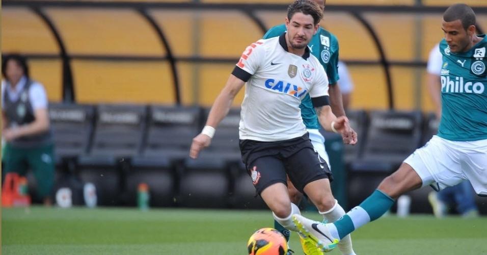 15.set.2013 - Alexandre Pato tenta construir a jogada para o Corinthians na partida contra o Goiás pelo Brasileirão