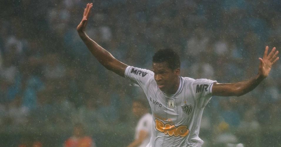 15.set.2013 - Atacante Jô participa da partida do Atlético-MG contra o Grêmio pelo Brasileirão
