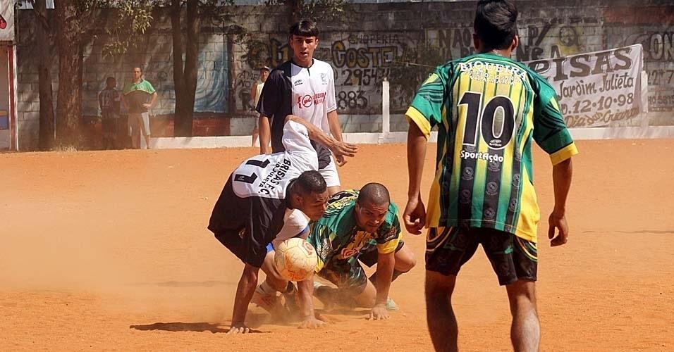 15.set.2013 - Biqueira (de verde) vence o Brisas por 3 a 0 pela Série B da Copa Kaiser neste domingo