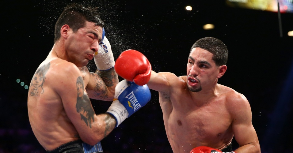 15.set.2013 - Danny Garcia acerta direto de direita em Lucas Matthysse durante combate realizado em Las Vegas