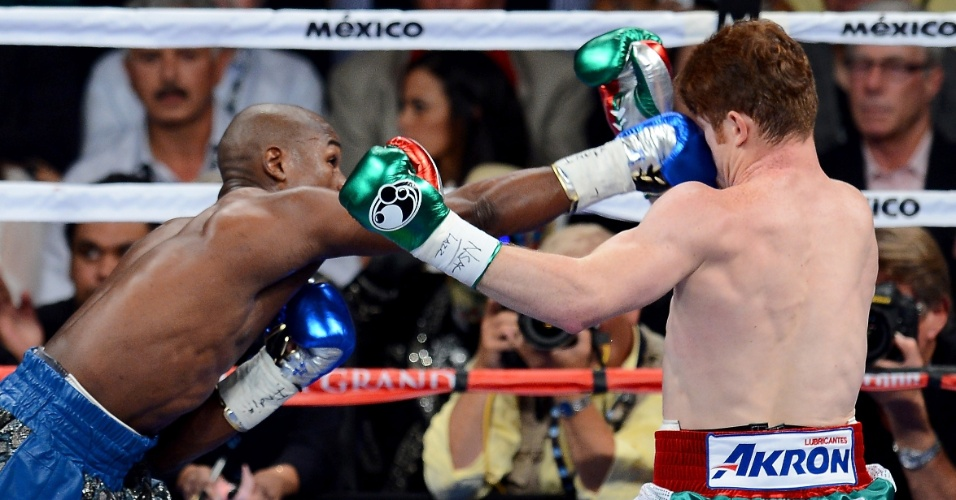 15.set.2013 - Floyd Mayweather acerta direto no rosto de Saul Canelo Alvarez durante luta em Las Vegas