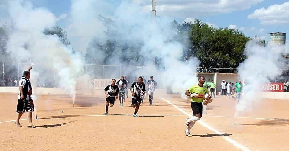 15.set.2013 - Inajar de Souza (de preto) empata por 1 a 1 com o Danúbio pela Copa Kaiser neste domingo; resultado classificou ambas as equipes