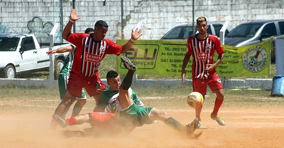 15.set.2013 - Mella Pé (vermelho) vence o Guarani pelo placar mínimo em partida da Série B da Copa Kaiser neste domingo