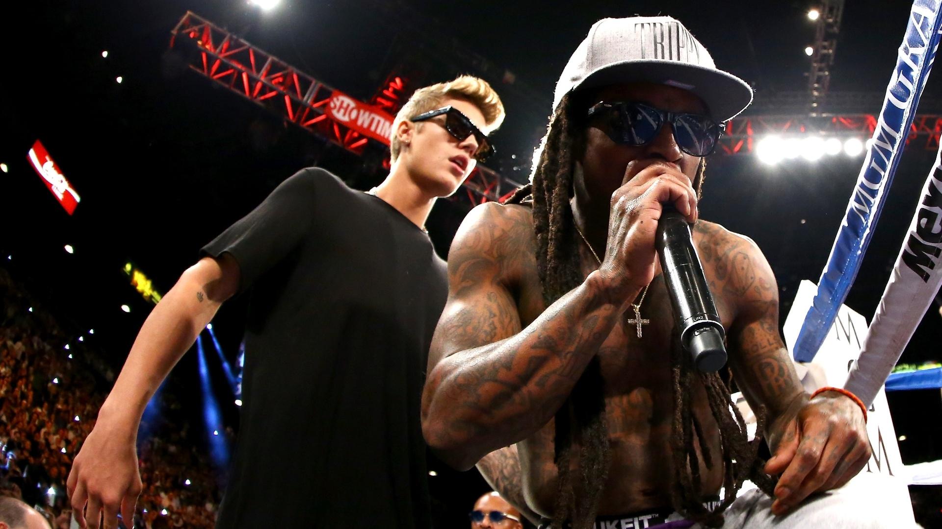 15.set.2013 - Rapper Lil Wayne (direita) e Justin Bieber acompanham Floyd Mayweather antes do combate contra Saul Canelo Alvarez