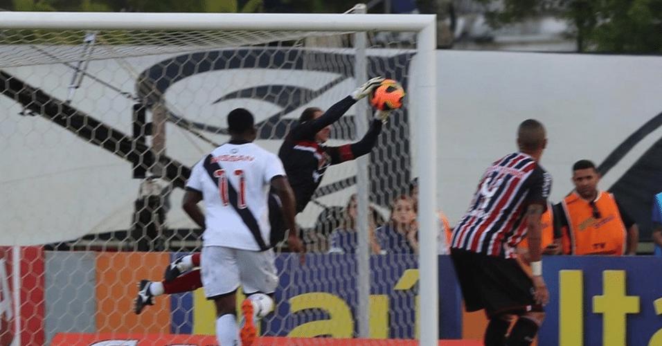 15.set.2013 - Rogério Ceni pula para fazer boa defesa na vitória do São Paulo sobre o Vasco pelo Brasileirão