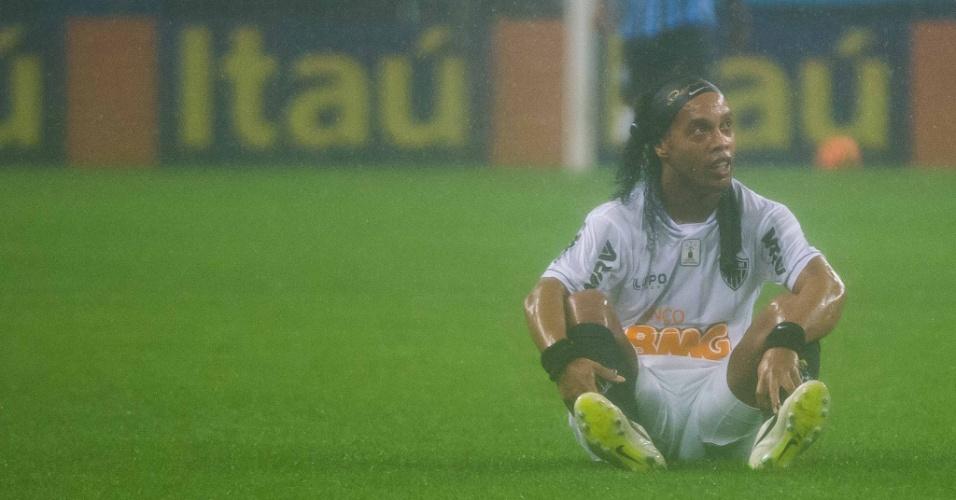 15.set.2013 - Ronaldinho Gaúcho fica no chão durante partida do Atlético-MG contra o Grêmio