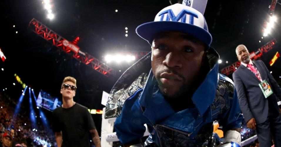 15.set.2013 - Seguido por Justin Bieber, Floyd Mayweather entra no ringue antes da luta contra Saul Canelo Alvarez