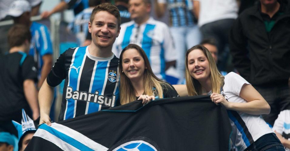 15.set.2013 - Torcedores do Grêmio fazem festa momentos antes do início da partida contra o Atlético-MG
