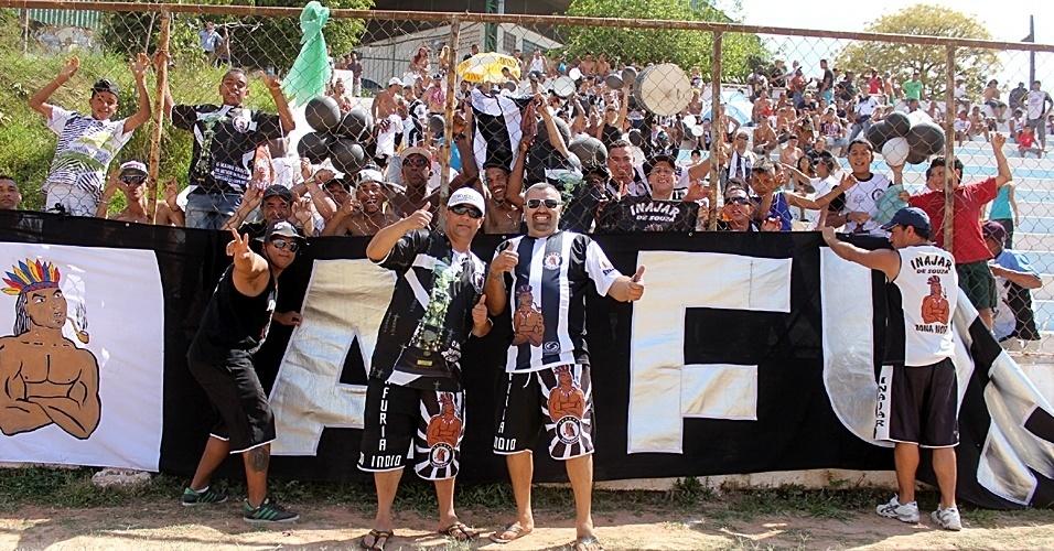 15.set.2013 - Torcedores do Inajar de Souza prestigiam partida da Copa Kaiser contra o Danúbio