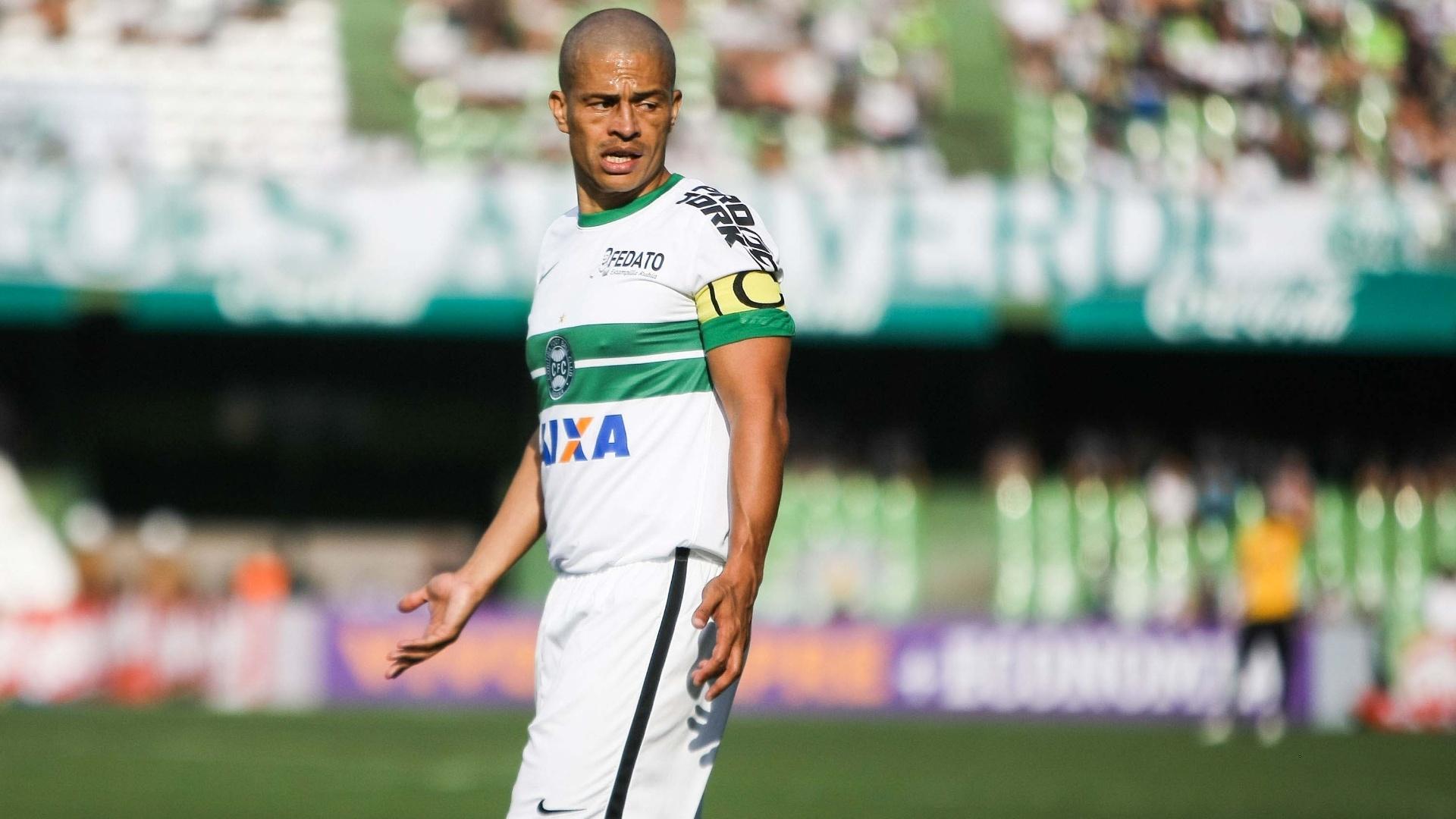 Alex gesticula durante empate do Coritiba contra o Bahia, no Couto Pereira, pelo Brasileirão