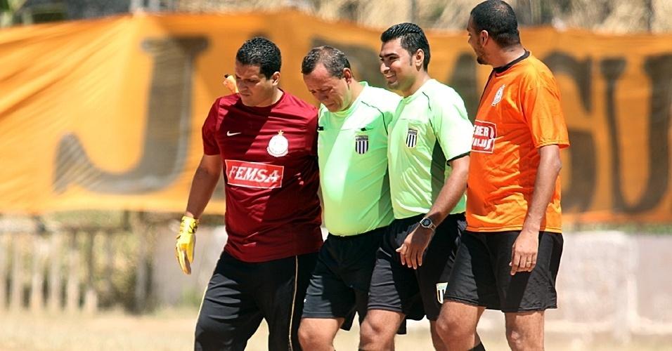 15.set.2013 - Bandeirinha passa mal durante jogo da Copa Kaiser