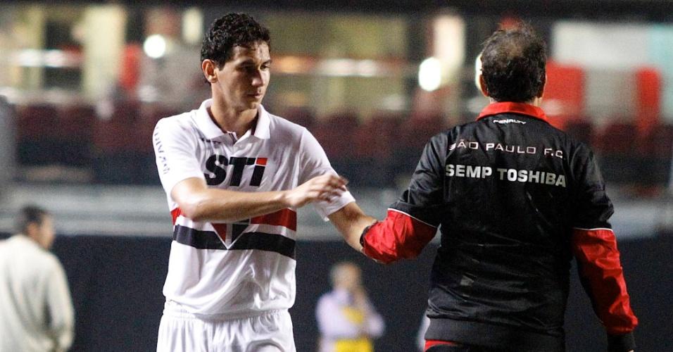 12.set.2013 - Ganso cumprimenta Muricy Ramalho ao deixar campo no jogo São Paulo x Ponte Preta