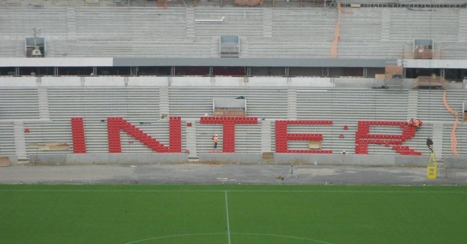Construtora Andrade Gutierrez prestou uma homenagem ao Inter instalando as primeiras 500 cadeiras com o nome do clube no reformado Beira-Rio (16/09/2013)