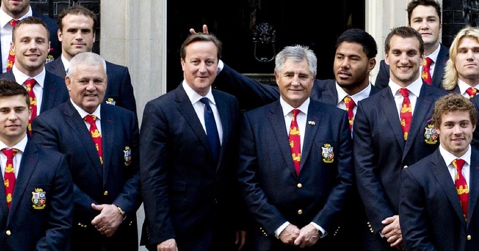 Jogador de rúgbi faz 'chifrinho' no primeiro-ministro britânico David Cameron