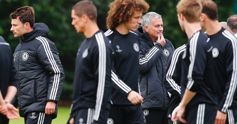 17.set.2013 - José Mourinho observa os jogadores do Chelsea durante treino