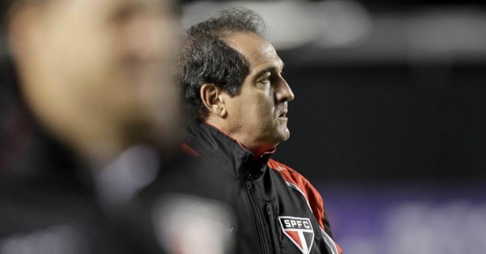 18.set.2013 - Muricy Ramalho, treinador do São Paulo, observa andamento da partida contra o Atlético-MG pelo Brasileirão