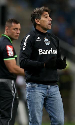 18.set.2013 - Renato Gaúcho gesticula no banco de reservas durante a partida do Grêmio contra o Santos pelo Brasileirão