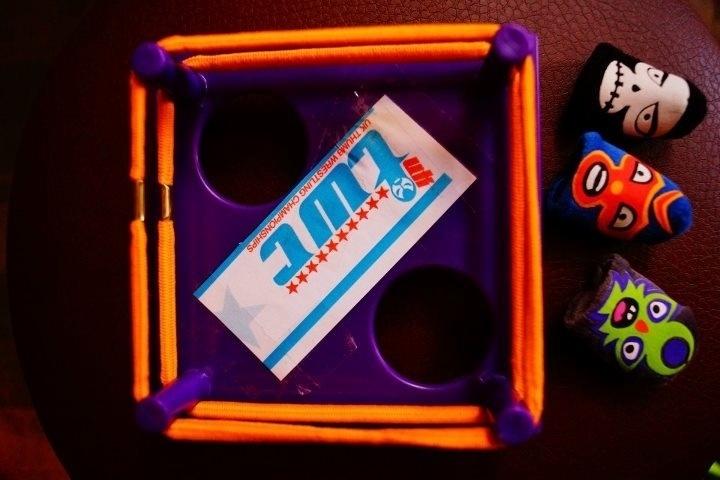 Ringue utilizado pelos competidores e bonequinhos para polegares