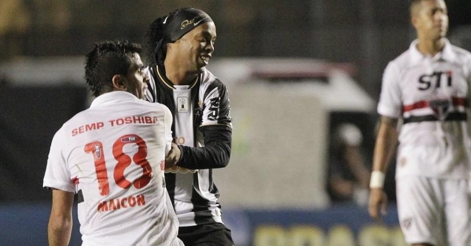 Ronaldinho levanta o jogador Maicon durante jogo entre Atlético-MG e São Paulo