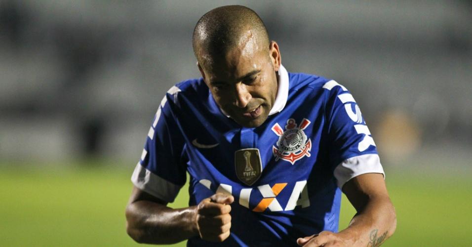18.09.2013 - Emerson, atacante do Corinthians, deixa o gramado do estádio Moisés Lucarelli após a derrota para a Ponte Preta
