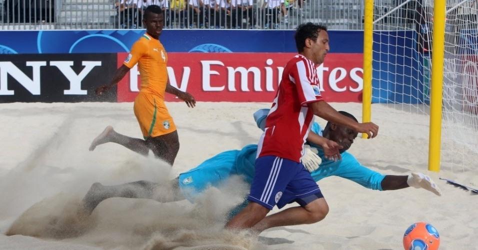 19.set.2013 - Armand Kouadio, goleiro da Costa do Marfim, tenta evitar drible de jogador paraguaio