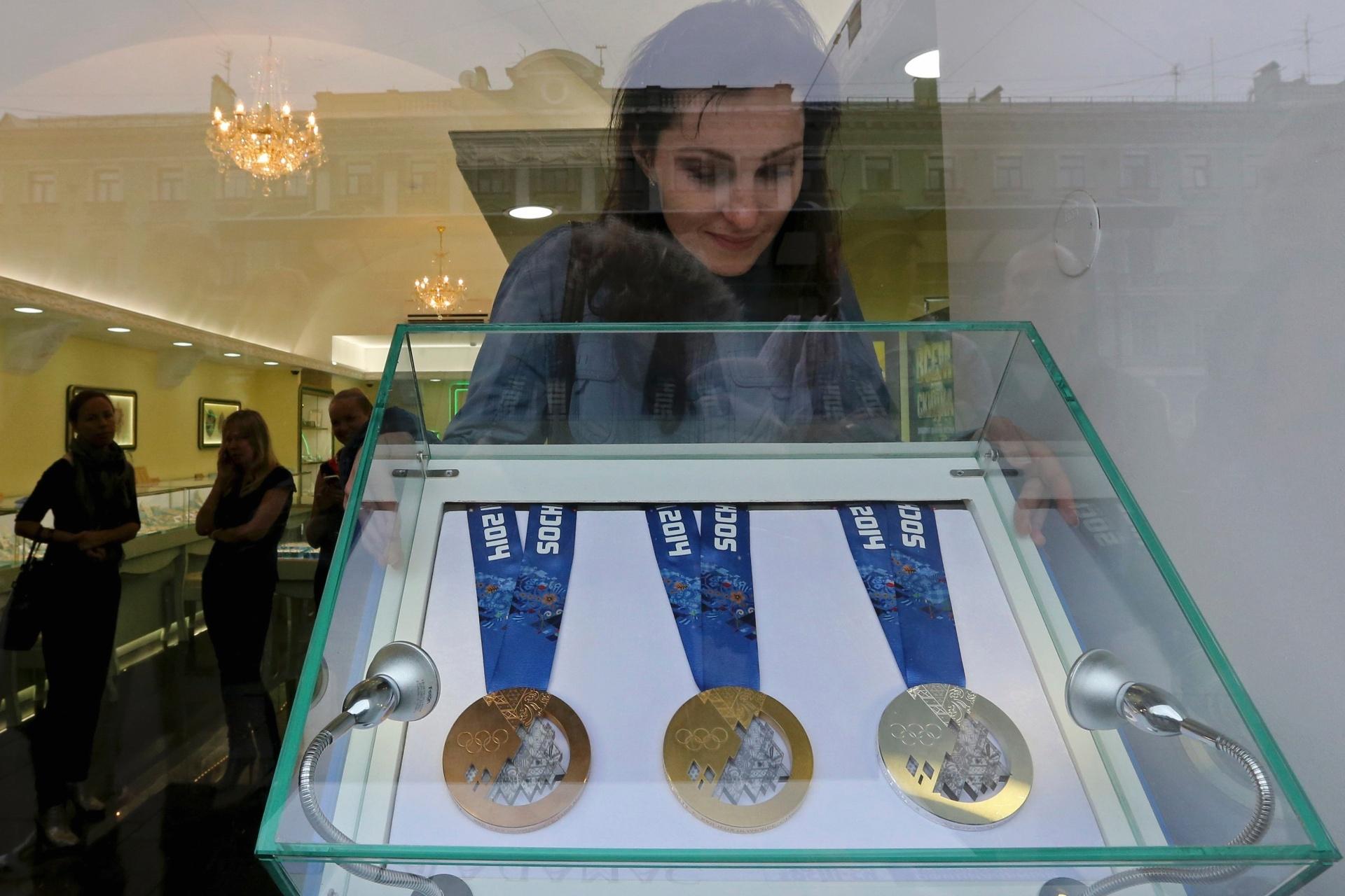 19.set.2013 - As medalhas de ouro, prata e bronze que serão distribuídas aos atletas nos Jogos Olímpicos de Inverno de Sochi, em 2014, foram expostas ao público pela primeira vez nesta quinta-feira em uma joalheria de São Petersburgo (Rússia)